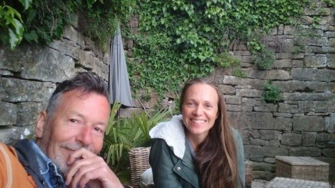 """Sandra Mauerhofer, Yoga Teacher """"Seit 2015 unterrichte ich privat, in Wien und demnächst auch Kurse in Niederösterreich (speziell für Schwangere und frischgebackene Mütter). Da ich selbst auch Schauspielerin bin und einen Hintergrund an Atem- und Stimmbildung mitbringe, hat mich der Aspekt am Kundalini-Yoga immer besonders gepackt, der sich mit dem natürlichen Zugang zu Atem und Stimme, dem Heilen des Kehlkopf-Chakras und dem Ins-Fließen-Bringen von dem, was da raus will, beschäftigt. Kundalini-Yoga entspringt einer sehr alten, manchen Quellen zufolge einer jahrtausendealten indischen Tradition und wurde in den 70er-Jahren durch Yogi Bhajan im Westen bekannt gemacht. Es hat seine Wurzeln im Tantra und der Shiva-Shakti (Bewusstsein & Schöpferische Kraft) Philosophie. """""""